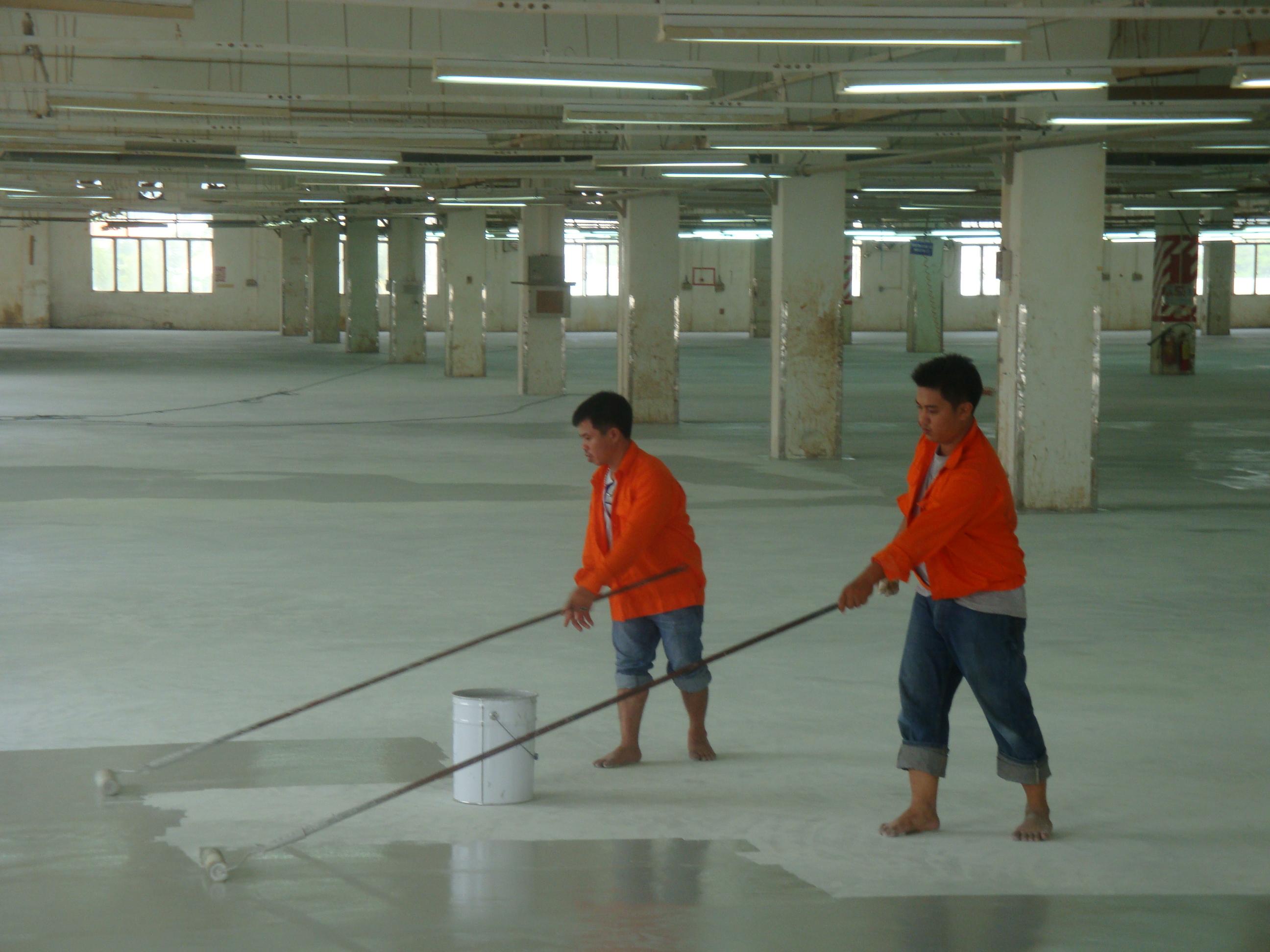 thi-cong-lan-san-nuoc-cho-san-be-tong-uot
