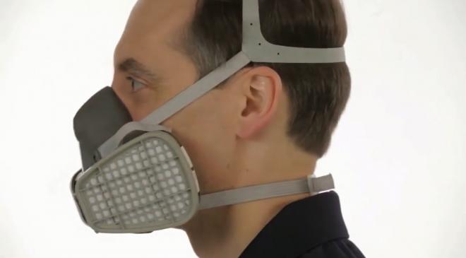 Hãy quàng dây qua đầu, hai dây còn lại kéo về phía sau để giữ được cố định chắc chắn mặt nạ trên đầu