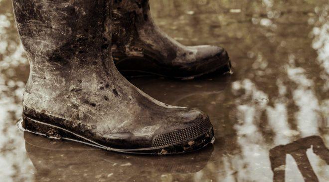 Rửa sạch bất kỳ vết bẩn bám trên ủng bảo hộ sau mỗi lần dùng bằng nước thường