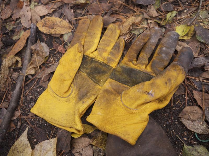 Vệ sinh găng tay bằng dung dịch làm sạch da, không nên giặt theo cách thông thường