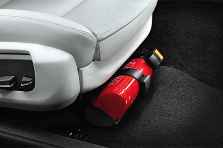 Bình chữa cháy mini nên được bố trí ở gần của tài, ở hốc cánh cửa xe, dưới gầm ghế, dưới chân hành khách phía trước...
