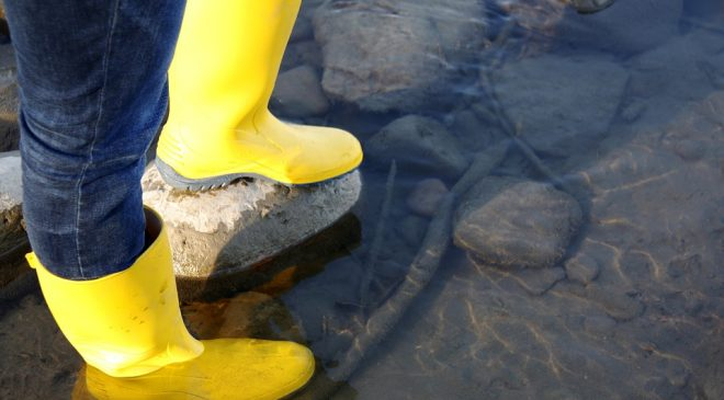 Ủng bảo hộ dính nước bị ô nhiễm ở bên trong, nên được khử trùng bằng chất khử trùng