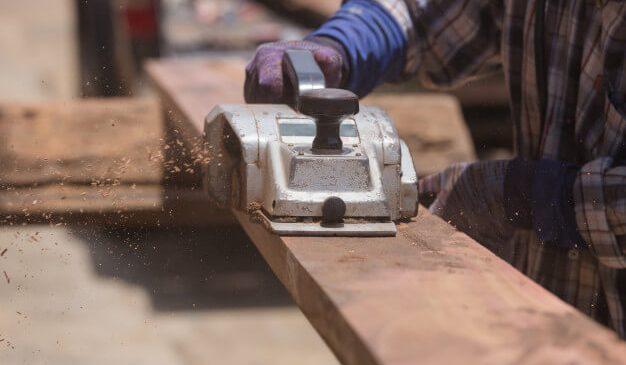 Kiểm tra nguồn điện trong động cơ khi đang sử dụng máy bào gỗ lại dừng đột ngột