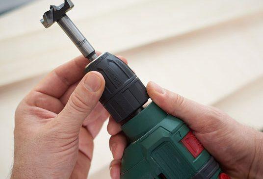 Trước khi tiến hành tháo mũi khoan cần để mũi khoan nguội hẳn và đảm bảo đã rút phích hoặc ngắt hoàn toàn nguồn điện của máy