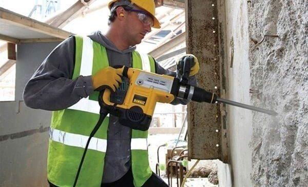 Chọn dụng cụ có trọng lượng vừa phải, không nên quá nặng so với lực nâng của tay bạn
