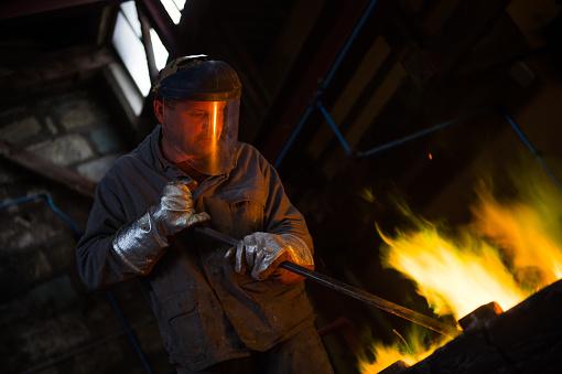 Những ngành nghề sản xuất thủy tinh, hàn sắt tiếp xúc với nhiệt độ cao cần dùng găng tay chịu nhiệt