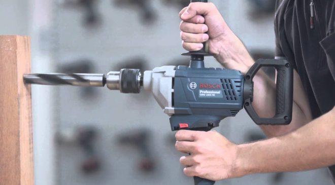 Sử dụng tay thuận giữ tay nắm chính của máy, tay còn lại giữ ở tay nắm phụ để giữ cố định máy vững vàng hơn