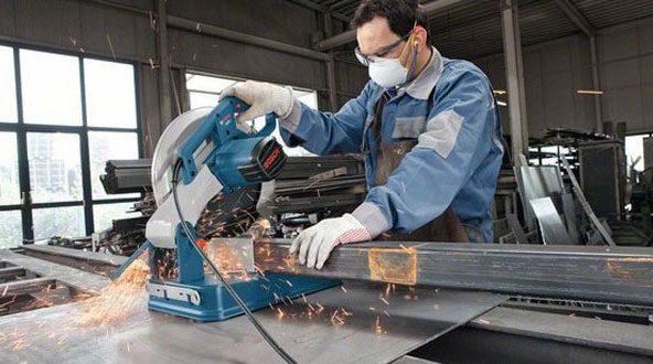Hãy luôn mang theo đồ bảo hộ lao động cá nhân khi sử dụng máy cắt sắt bàn