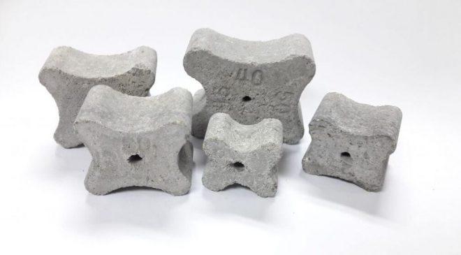 Con kê bê tông có tác dụng hỗ trợ định vị và cố định hệ sàn thép đúng vị trí