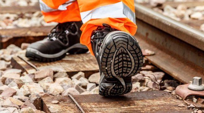Đế giày bảo hộ cách điện được làm từ chất liệu Polyurethane và cao su cách điện