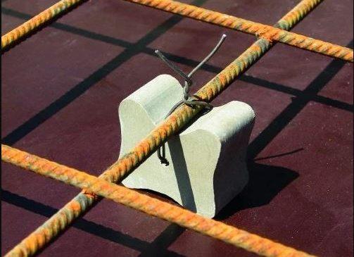 Con kê bê tông giữ cho cốt thép đặt đúng vị trí theo bản vẽ thiết kế