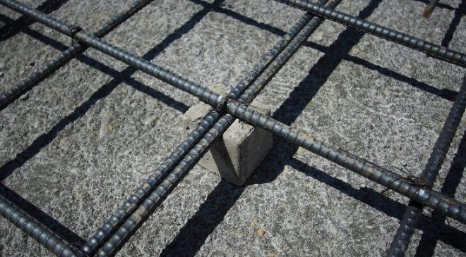 Sử dụng kẽm để cố định con kê và cốt thép