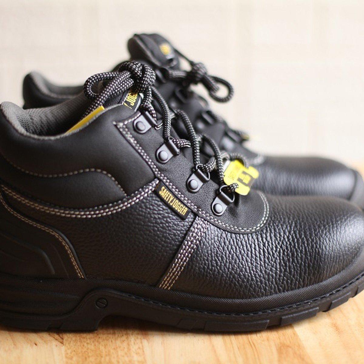 Chất liệu da có độ cứng cao và đàn hồi kém khiến cho size giày bảo hộ dường như nhỏ lại