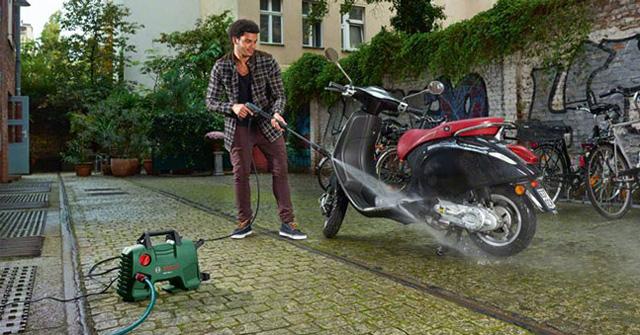 Máy xịt rửa thường được dùng để vệ sinh xe