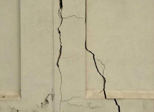 Những vết nứt lớn và sâu là trường hợp rất khó xử lý