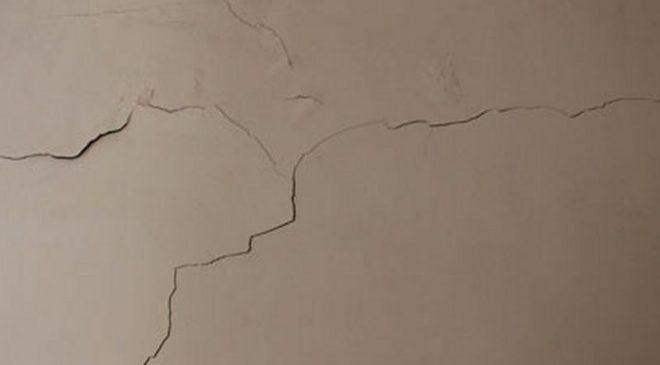 Vết nứt tường nhà dạng chân chim thường do thời tiết thất thường gây nên
